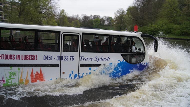 Bus fährt Lübecker Touristen ins Wasser